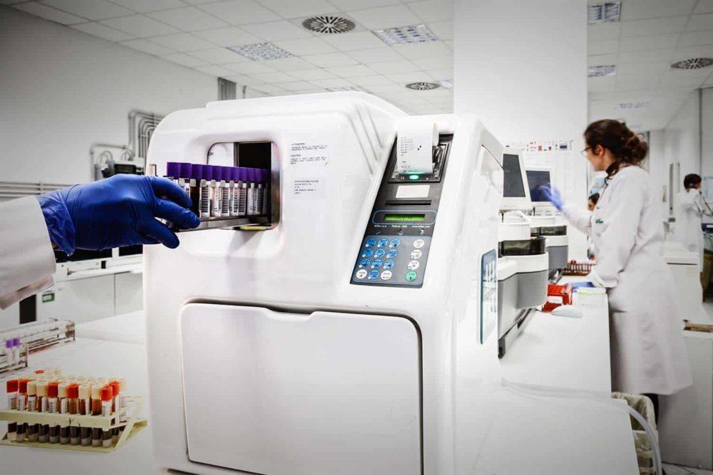 Mitarbeiter führen Corona-Tests im Labor durch