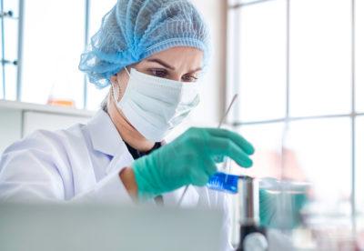 Labormitarbeiterin bei der Arbeit im Testlabor